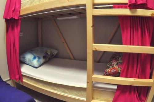 Двухъярусная кровать или двухъярусные кровати в номере Хостелы Рус - Измайлово