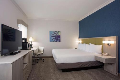 سرير أو أسرّة في غرفة في سانتا مونيكا بيكو ترافلودج
