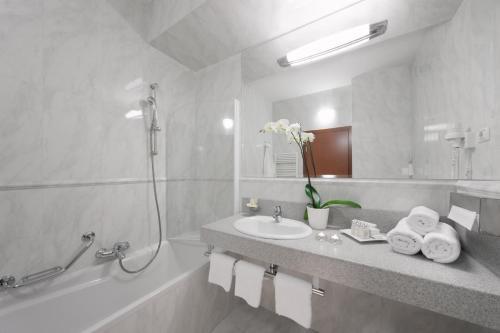 A bathroom at Hotel Aristos