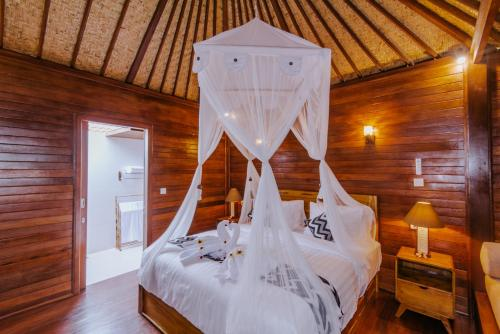 A bed or beds in a room at Lembongan Small Heaven Bungalow