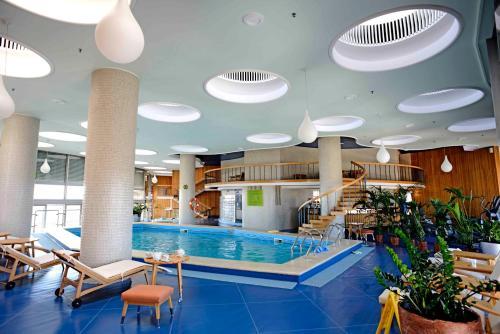 בריכת השחייה שנמצאת ב-Intercontinental Hotel Bucharest, an IHG Hotel או באזור