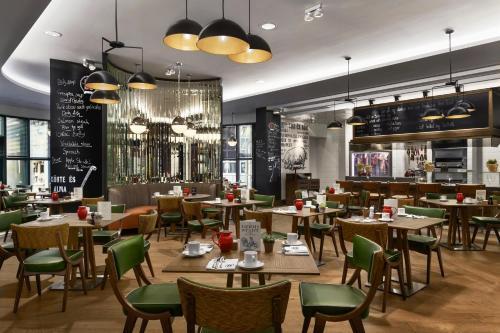 Un restaurante o sitio para comer en Kempinski Hotel Corvinus Budapest