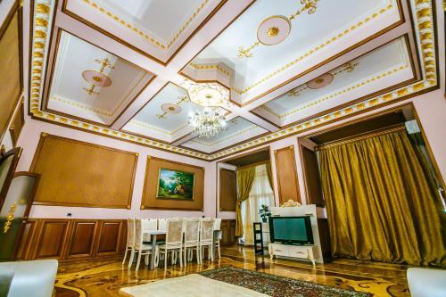 Uma TV ou centro de entretenimento em Orjinal Apartment On Bentley