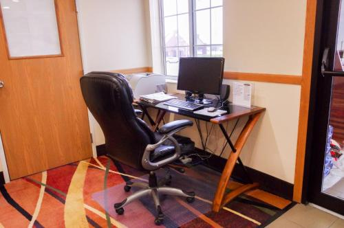 The business area and/or conference room at DUTCH INN AND SUITES