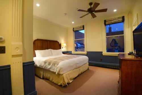 A bed or beds in a room at New Sheridan Hotel