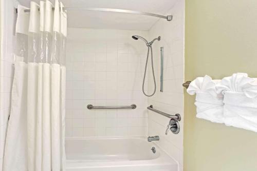 A bathroom at Howard Johnson by Wyndham Tropical Palms Kissimmee