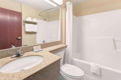 A bathroom at Microtel Inn & Suites by Wyndham Jasper