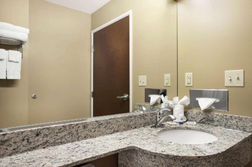 A bathroom at Microtel Inn & Suites by Wyndham Cambridge