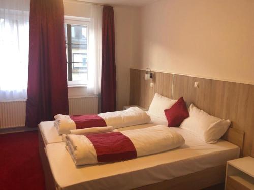 A bed or beds in a room at Hotel Oldesloer Hof