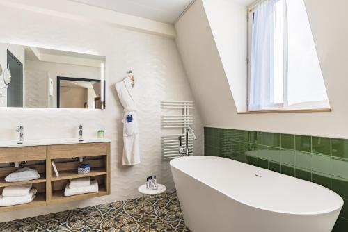 A bathroom at Hôtel & Spa Madison Saint Jean de Luz