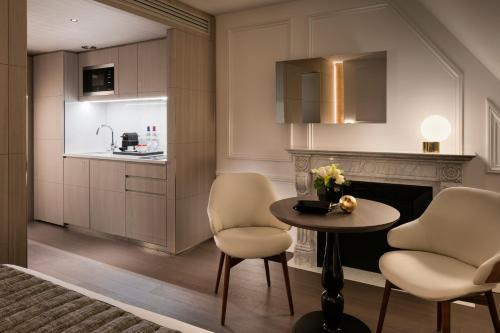 A cozinha ou cozinha compacta de La Clef Champs-Élysées Paris by The Crest Collection