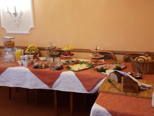 Ein Restaurant oder anderes Speiselokal in der Unterkunft Gasthaus Pension Zur Buche