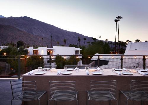 Ein Restaurant oder anderes Speiselokal in der Unterkunft Ace Hotel and Swim Club Palm Springs