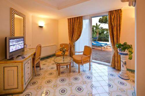 A seating area at Grand Hotel Il Moresco