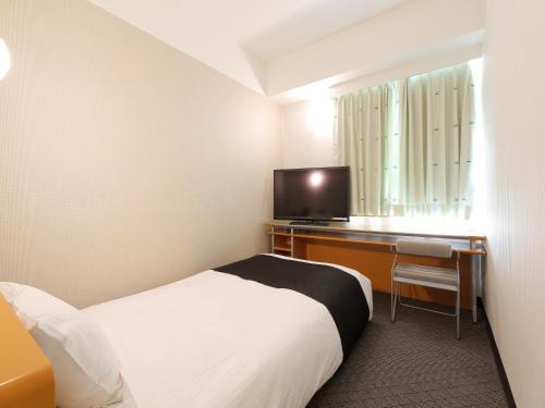 Tempat tidur dalam kamar di APA Hotel Toyama-Ekimae