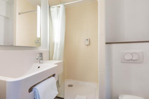 A bathroom at B&B Hôtel Lille Centre Grand Palais