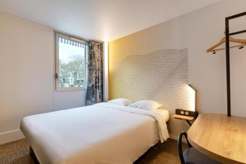 A bed or beds in a room at B&B Hôtel Lille Centre Grand Palais