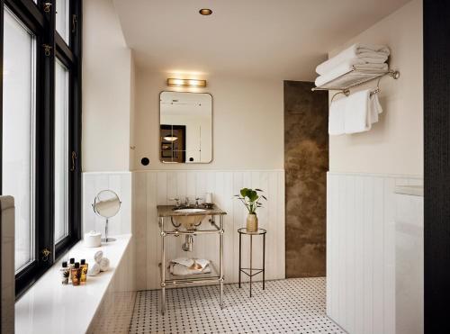 A bathroom at Hotel Sanders