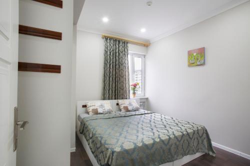 Cama ou camas em um quarto em Leyla Apartments 5 At Fountain Square