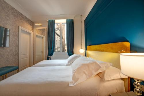 A bed or beds in a room at H10 Palazzo Canova