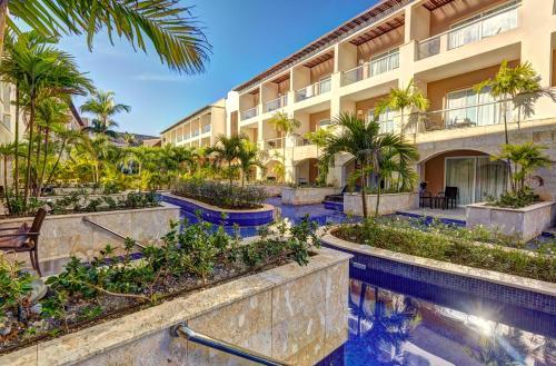 Бассейн в Hideaway at Royalton Punta Cana Resort & Spa- Adults Only - All Inclusive или поблизости
