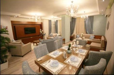 مطعم أو مكان آخر لتناول الطعام في Apartment in Mohandseen