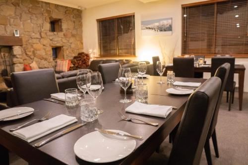 A restaurant or other place to eat at Summit Ridge Alpine Lodge