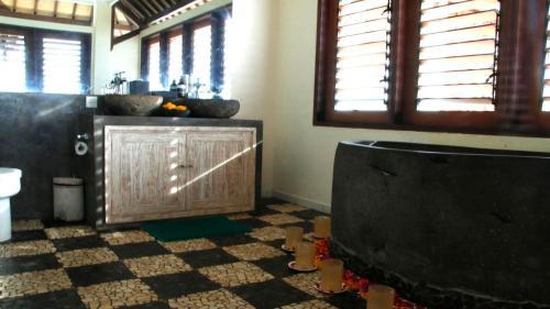 A bathroom at Bombora Medewi Wavelodge