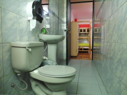 Ein Badezimmer in der Unterkunft Paypurix Hostel Lima Airport