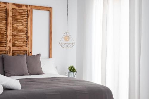 Una cama o camas en una habitación de GOMEZ ROOMS