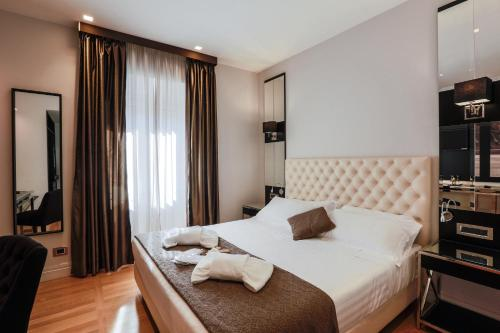 A bed or beds in a room at Floris Hotel