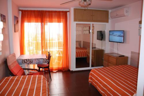 Una televisión o centro de entretenimiento en Benalmadena Iris apartment sea view