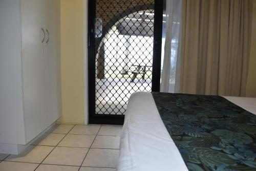 A bed or beds in a room at ABSOLUTE BEACH FRONT MACKAY - Comfort Resort Blue Pacific