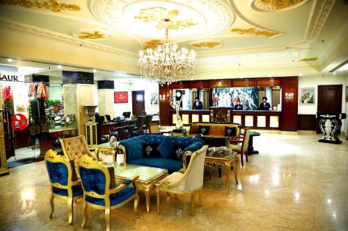 Un restaurante o sitio para comer en Ramada Amritsar