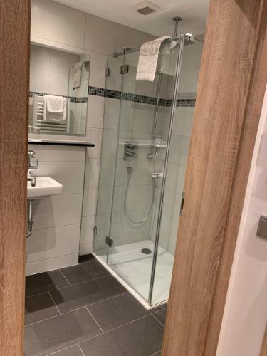 A bathroom at Gästehaus Alpinia