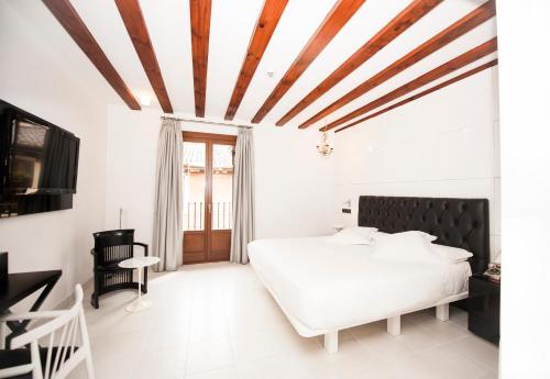 A bed or beds in a room at Posada del León de Oro Boutique Hotel