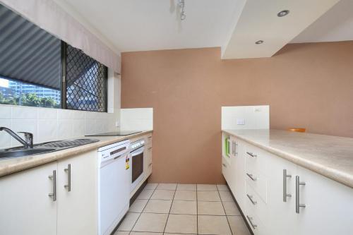A kitchen or kitchenette at Levuka Unit 4, 14 Moreton Pde. Kings Beach