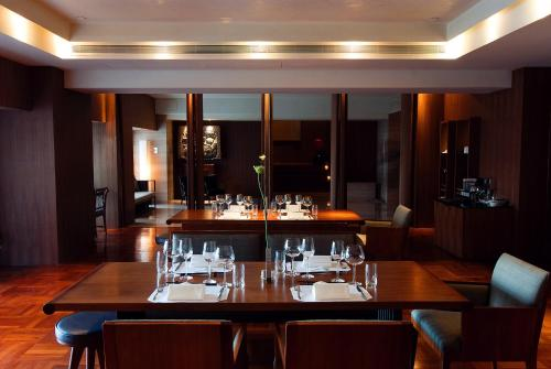 A restaurant or other place to eat at Les Suites Orient, Bund Shanghai