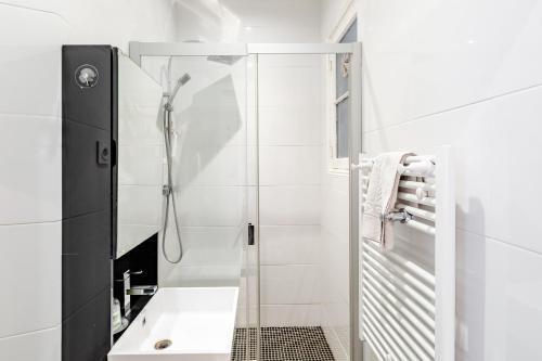 A bathroom at LA JOLIETTE- Spacieux et lumineux, 4 couchages