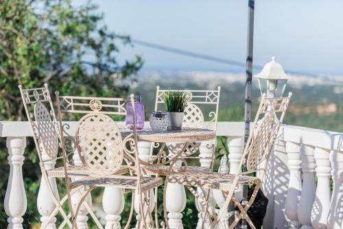 A balcony or terrace at Winniehill Bed and Breakfast