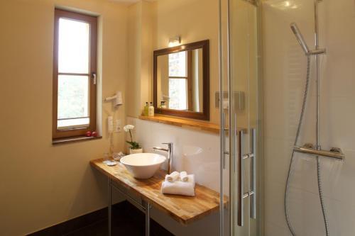 A bathroom at Ringhotel Schwarzer Baer