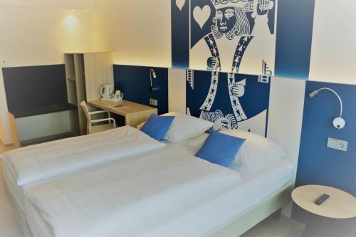 Ein Bett oder Betten in einem Zimmer der Unterkunft IBB Blue Hotel Paderborn