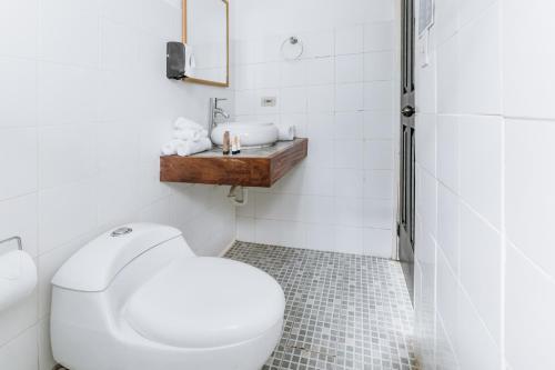 A bathroom at Selina Pedasi