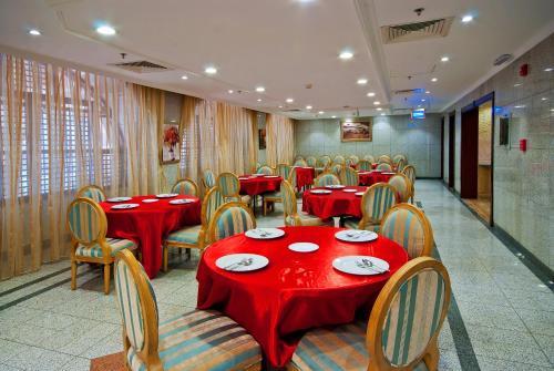Um restaurante ou outro lugar para comer em فندق ديار السلام
