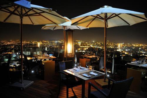 Un restaurante o sitio para comer en Hotel Dom Henrique - Downtown