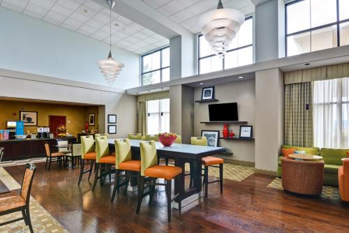 A restaurant or other place to eat at Hampton Inn & Suites Wilkes-Barre