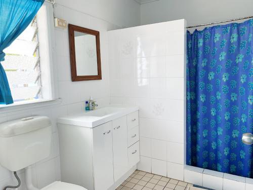 A bathroom at Caravella Backpackers
