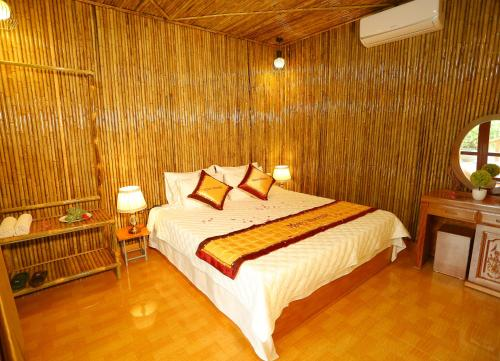 A bed or beds in a room at Tuan Ngoc Hotel