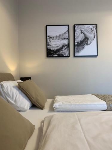 Postel nebo postele na pokoji v ubytování HARDY - Cognac & Pension