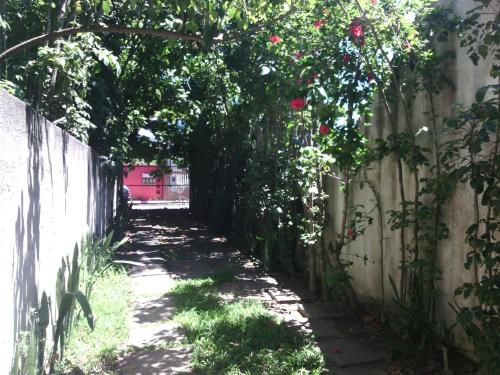 A garden outside Kitnet térreo perto calçadão Praia de Jacaraípe